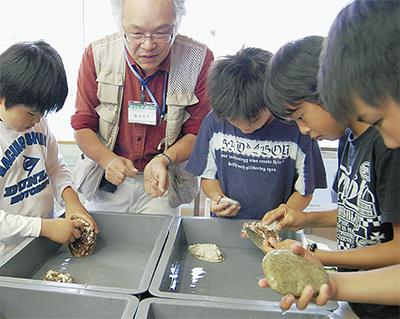 本町小で「戸川の砥石展」