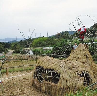小蓑毛に竹と藁のアート