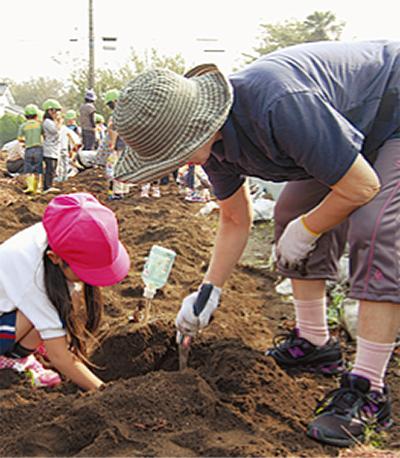 イモ掘りで園児と交流