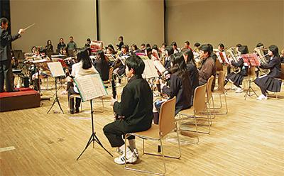 楽団員が中学生に指導