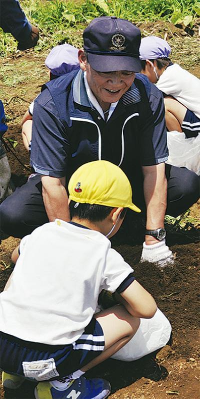 イモ掘りで異世代交流