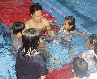 着衣で泳法を学ぶ