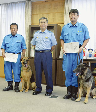 警察犬に表彰状