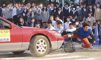 事故再現し交通安全指導