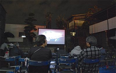 30人が野外で映画鑑賞