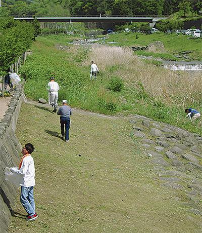 地域有志が河川清掃 バーベキューの放置ごみも
