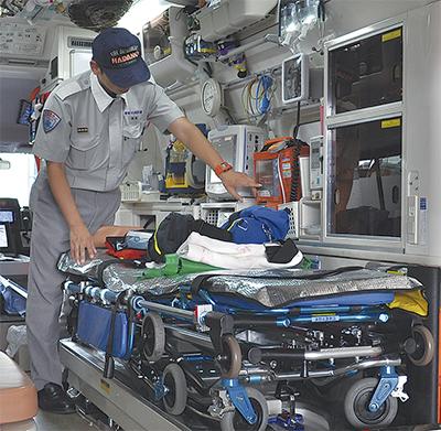 救急車の機材を確認する救急救命士 救急救命士の処置拡大 | 秦野 | タウンニュース