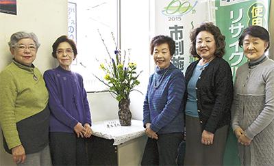連絡所に花を飾り22年