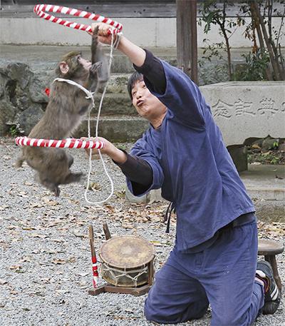 嶽神社で猿まわし