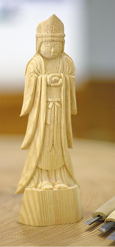 ヒノキで仏像を彫る