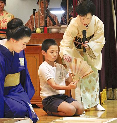 児童が古典舞踊を体験