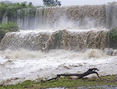 豪瀑の水無川