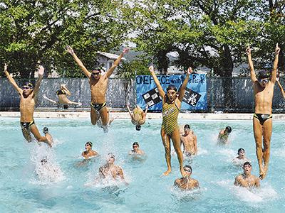 水泳部シンクロに大歓声
