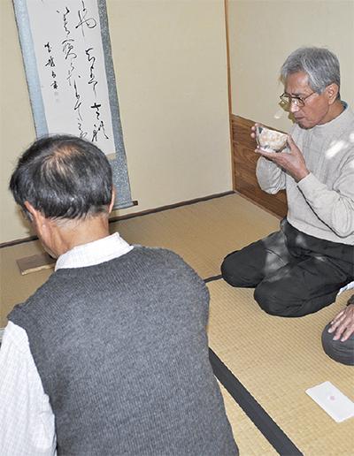 """""""おやじ""""が茶道楽しむ"""