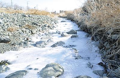 水無川も凍る寒さの到来
