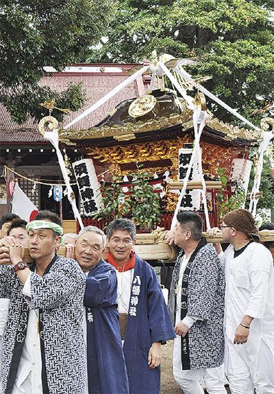 伝統の2神輿が渡御