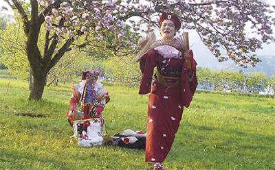 桜畑でパフォーマンス