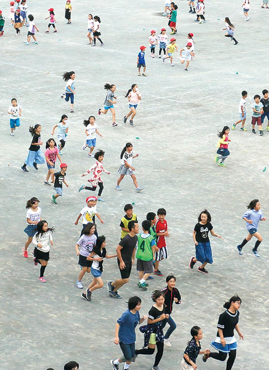 全校児童、走る