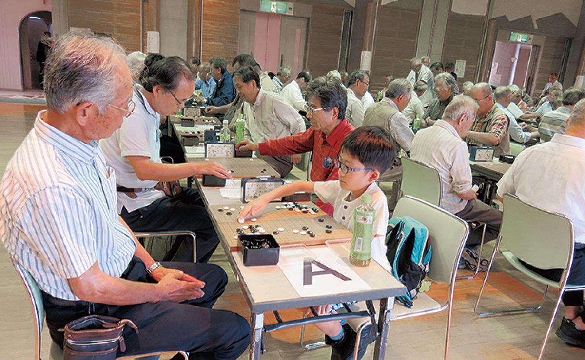 囲碁の愛好家が熱戦