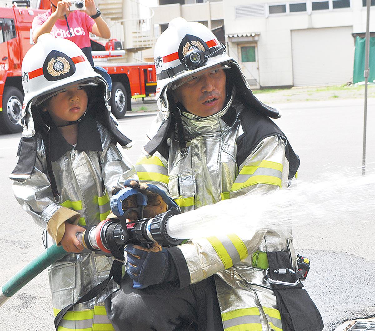 秦野を守る小さな消防士 若木保育園児が業務を体験