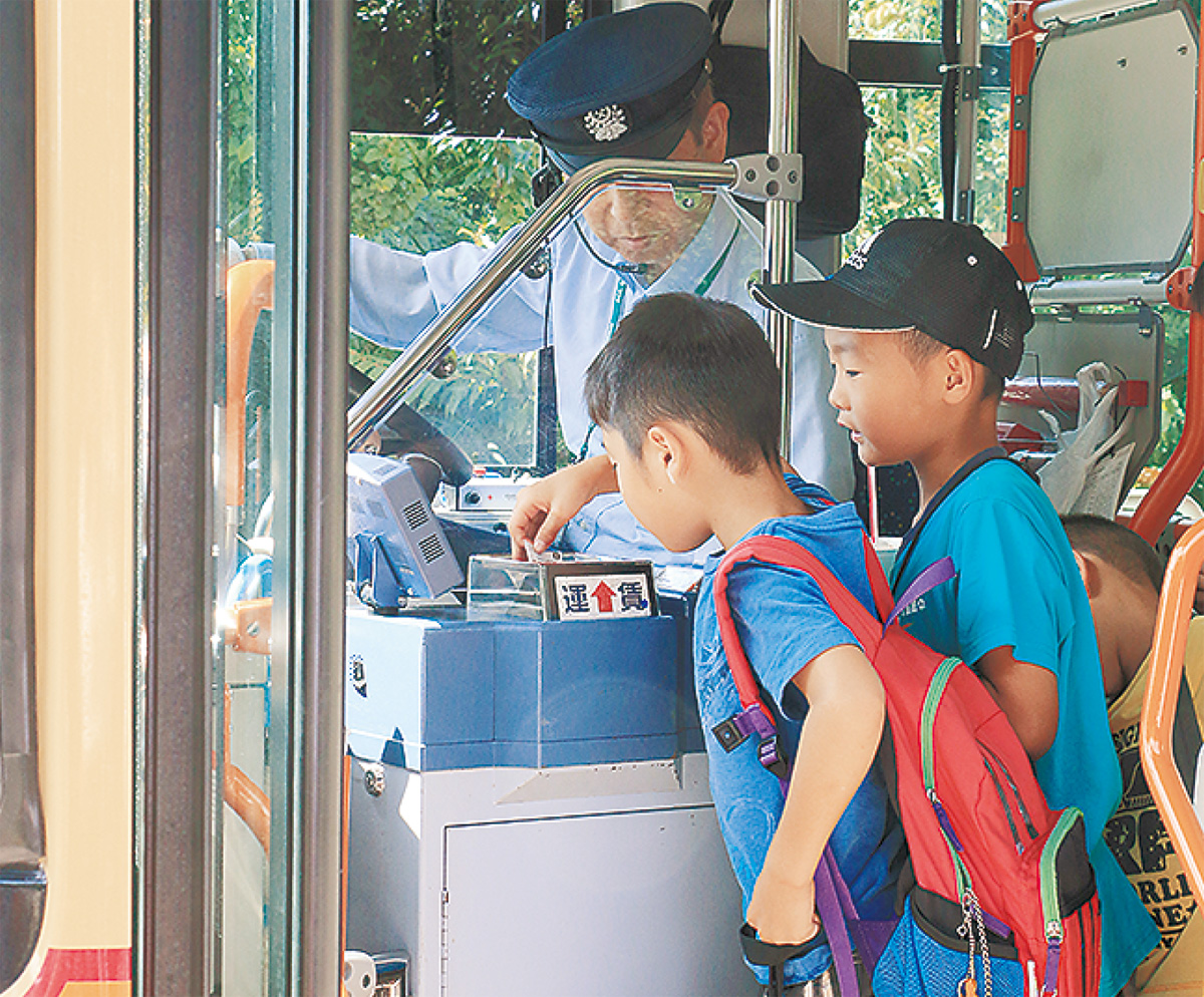 小学生バスの乗り方学ぶ