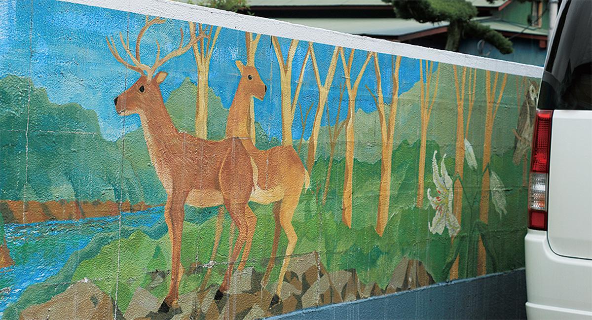 塀彩る山の風景画