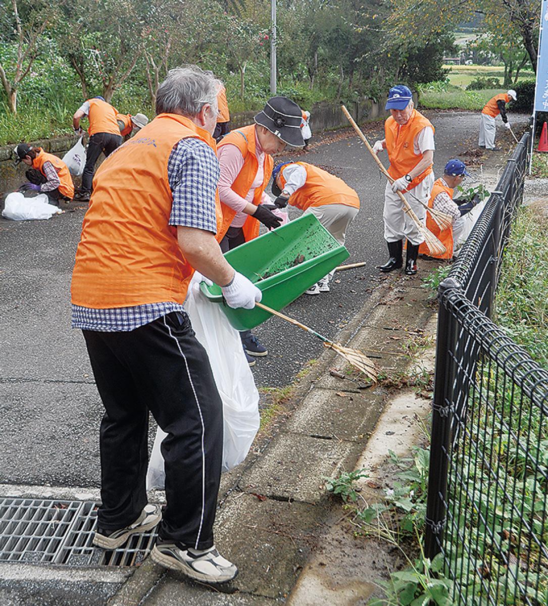 公園周辺を清掃する会員