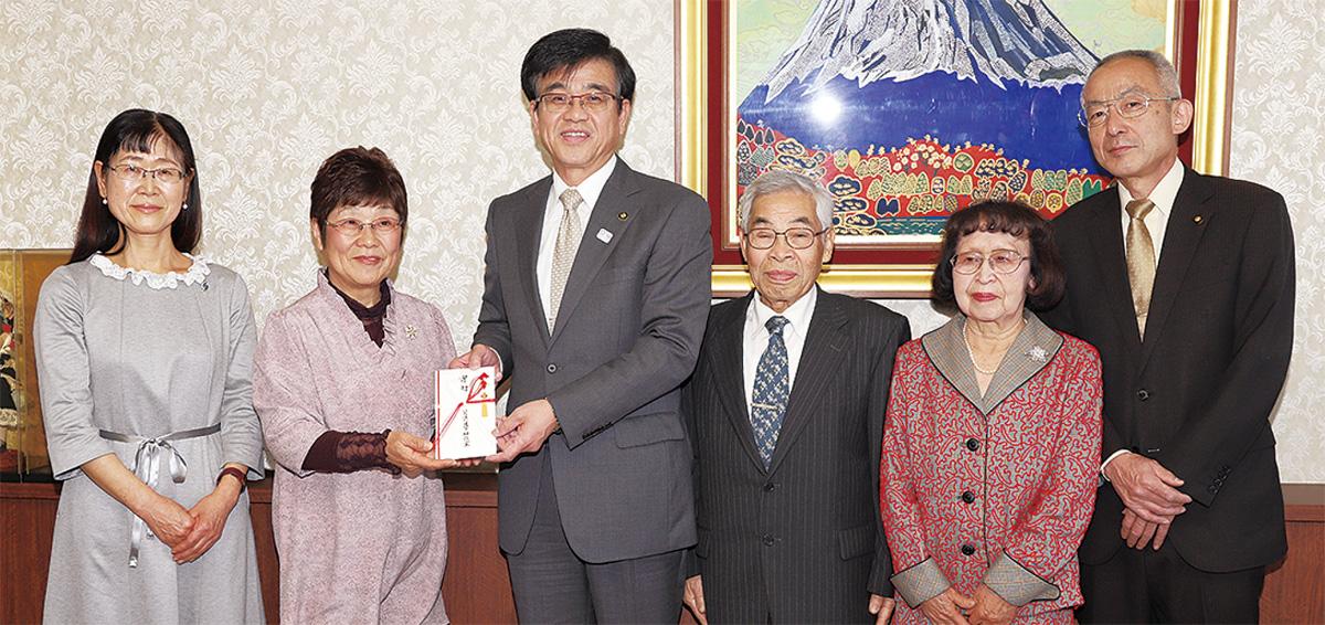 内田代表(左から2番目)が高橋市長に寄付を手渡した