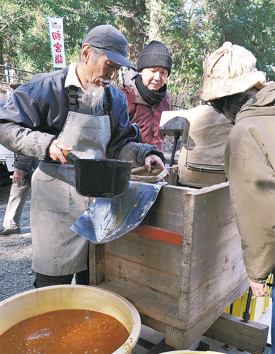 搾り師の岩崎さん(左)と守山禰宜(中央)