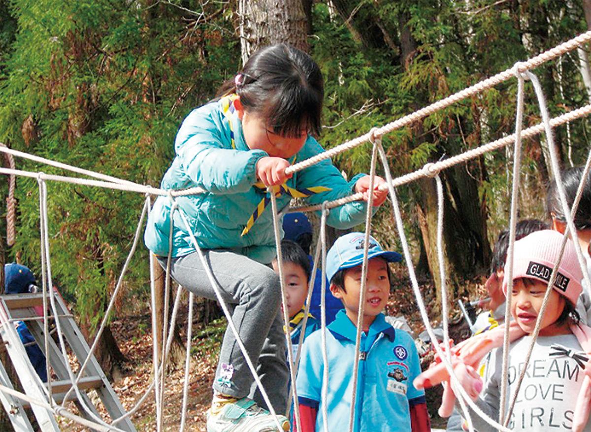 ロープの橋を渡る子どもたち