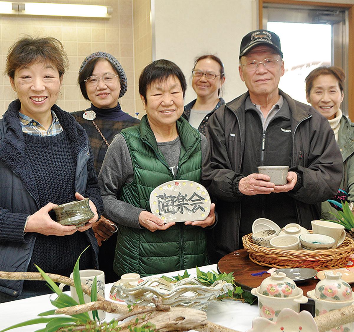 抹茶茶わんを手にする高橋さん(前列右)