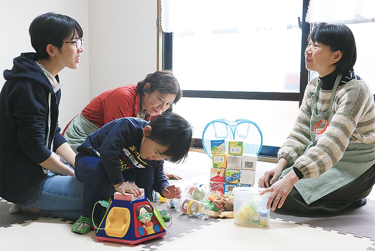 子育てサロン「ちっちゃなて」に参加する親子の話を聞く長浜さん(右)