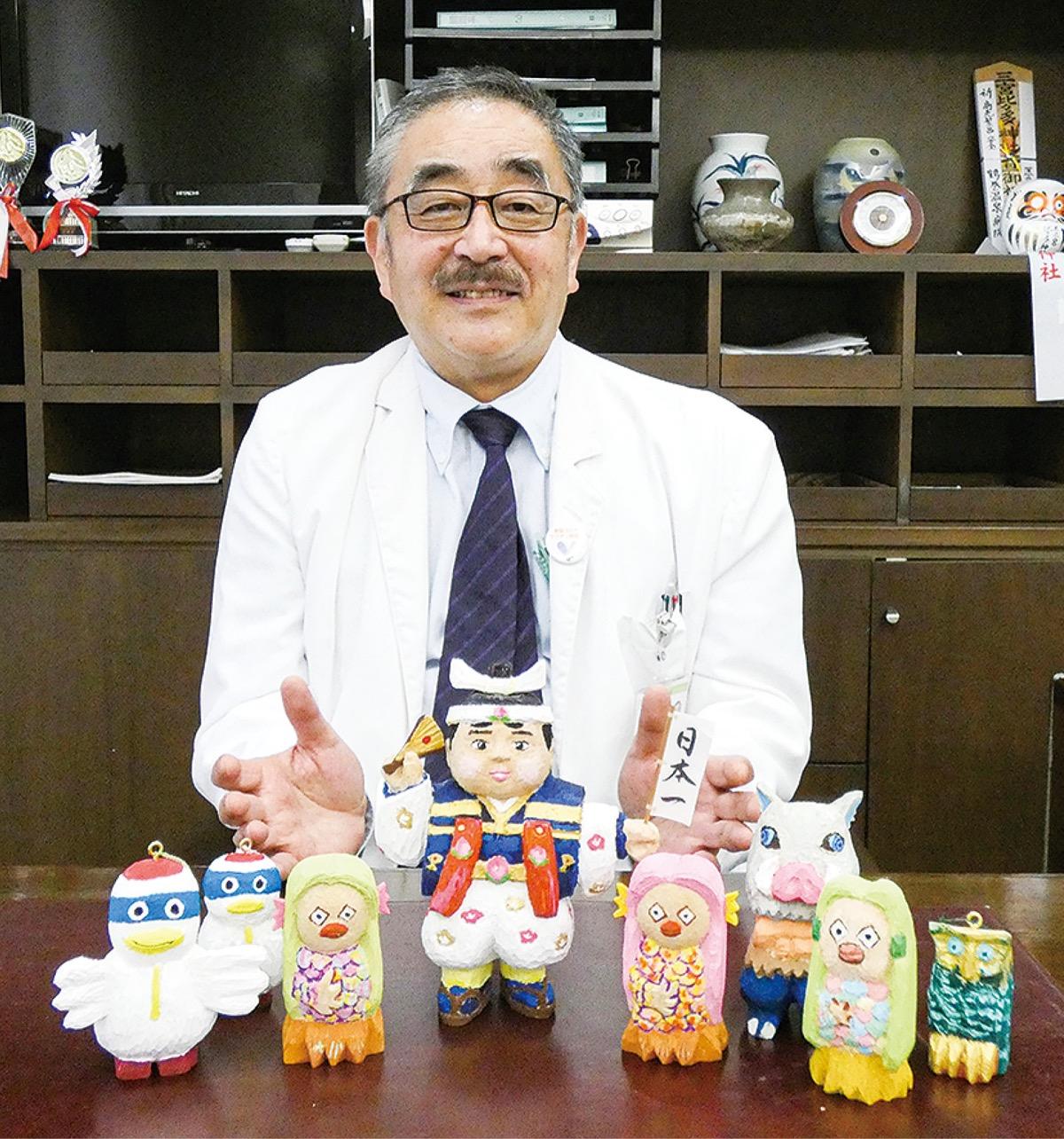 鶴巻温泉病院 木彫り人形で心和ませて 鈴木院長手作り作品がお出迎え タウンニュースWebサイト
