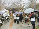 建築・工芸の守護神である聖徳太子を祀る宝戒寺の太子講。雨の中でも職人たちが木遣り歌を歌います。