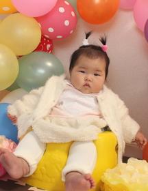 杉村ゆかりちゃん 女の子 横浜市金沢区 生後半年の記念撮影です。髪を結んでおしゃれをしました!さいきん寝返りができるようになったよ♪